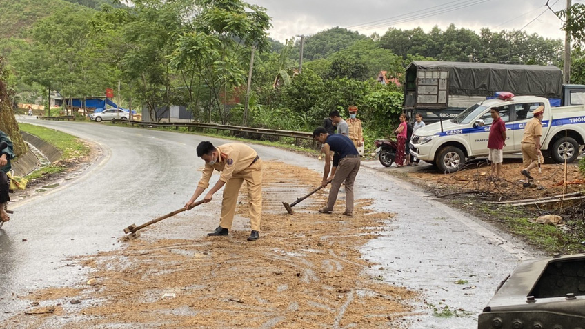 Tuyên Quang: CSGT cùng người dân dọn đường, tránh trơn trượt nguy hiểm cho người tham gia giao thông