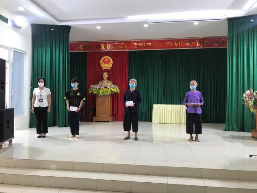 Những lao động tự do đầu tiên ở Hà Nội phấn khởi được nhận tiền hỗ trợ