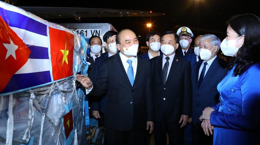 Chuyên cơ chở Chủ tịch nước Nguyễn Xuân Phúc về đến Hà Nội cùng lượng lớn vaccine