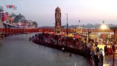 Ấn Độ: Người sùng đạo Hindu tắm trên sông Hằng