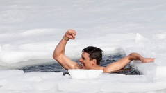 Kỷ lục bơi dưới mặt băng trong giá lạnh