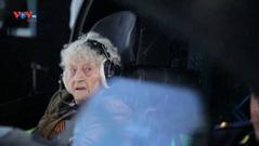 """""""Cụ bà thép"""" 99 tuổi lái máy bay chiến đấu mô phỏng"""