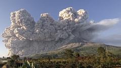 Núi lửa ở Indonesia phun tro bụi cao tới 3 km