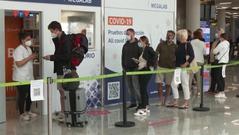 """""""Hộ chiếu vaccine"""" có thực sự là chìa khóa vàng tái mở cửa du lịch?"""