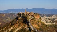Italia: Thị trấn nhỏ thời Trung cổ đẹp như tranh vẽ đấu tranh từng ngày để tồn tại