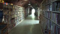 Sách bỏ đi có thể làm gì? Làm thành một thư viện nổi tiếng