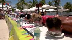Mỹ: Cuộc thi ăn bánh chanh không dùng tay