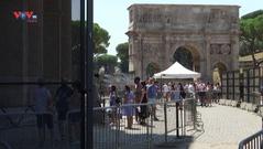 Du khách đổ về thủ đô Rome (Italia) bất chấp nắng nóng