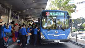 TPHCM: Phát khẩu trang và nước rửa tay miễn phí cho khách đi xe buýt