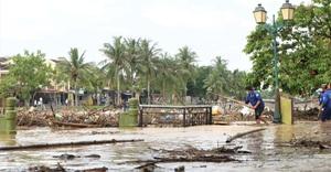 Phố cổ Hội An ngập rác sau lũ