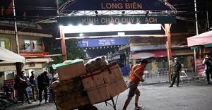 Tiểu thương vui mừng khi chợ Long Biên mở cửa trở lại