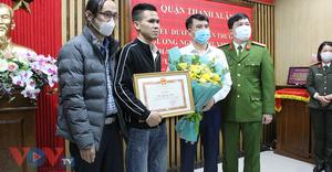 Quận Thanh Xuân: Khen thưởng 'người hùng' cứu bé gái Nguyễn Ngọc Mạnh