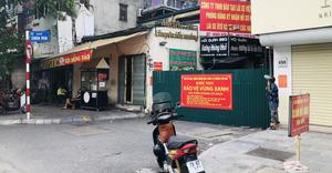 Nhiều ngõ, xóm ở Hà Nội vẫn rào chặt, chốt kiểm soát 'thả lỏng' người ra vào