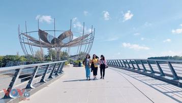 """Giới trẻ Cần Thơ háo hức đón hoạt động gắn """"ổ khóa tình yêu"""" trên cầu đi bộ Ninh Kiều"""