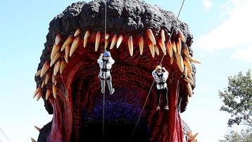 Công viên Godzilla khổng lồ, du khách có thể đu dây vào miệng quái vật