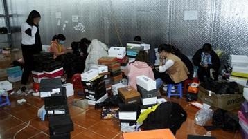 Lào Cai: Đột kích kho hàng lớn, thu giữ hàng nghìn đôi giày, dép