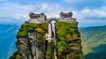 Ngôi đền đôi kỳ lạ nằm trên đỉnh núi cao 2.300 mét so với mực nước biển