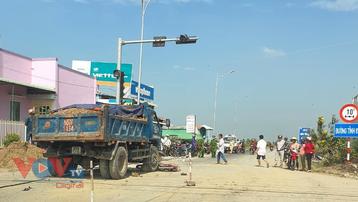 Ô tô tải tông vào xe gắn máy làm 2 người thương vong