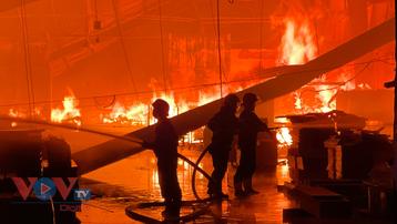 Cháy dữ dội tại công ty gỗ ở Bình Dương