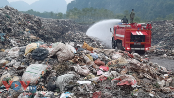 Dân dựng lán chặn xe chở rác ở Hòa Bình, mắc màn tránh cảnh ăn cơm 'ruồi' vì ô nhiễm