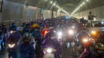 Lần đầu tiên mở cửa hầm đường bộ Hải Vân cho người đi xe máy về quê