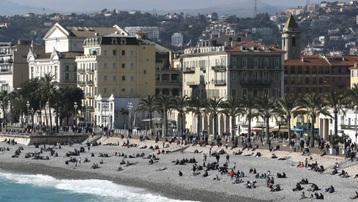 Du khách đổ xô đến Nice khiến dịch Covid-19 lây lan đột biến