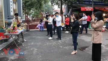 Người dân Hà Nội vái vọng bên ngoài đền, chùa trong ngày Tết Nguyên tiêu