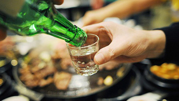 Sau khi tiêm vaccine Covid-19 phải chờ bao lâu thì có thể uống rượu bia?