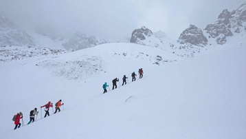 Khách leo núi Thiên Sơn ngắm sông băng