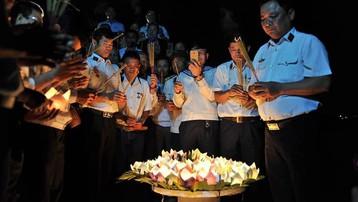 Kết vòng hoa đăng tri ân các liệt sĩ Gạc Ma