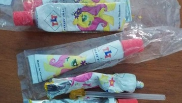 Quảng Bình: 3 học sinh ngộ độc sau khi sử dụng kẹo thổi bong bóng mua trước cổng trường