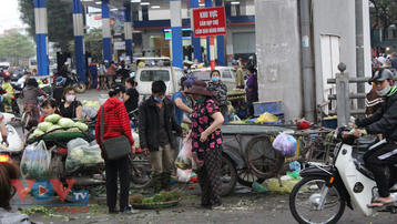 Hà Nội: Tiếp diễn tình trạng chợ cóc, chợ tạm lấn chiếm vỉa hè, lòng đường