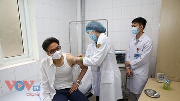 Phó Thủ tướng Vũ Đức Đam động viên các tình nguyện viên tiêm mũi 2 vaccine NanoCovax