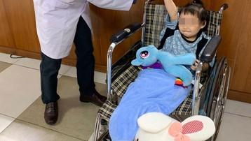 Bé gái rơi từ tầng 13 được tài xế Nguyễn Ngọc Mạnh cứu, tươi rói xuất viện