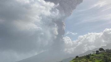 Núi lửa phun trào phủ tro bụi kín cả một quốc đảo