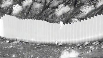 Nhà Trắng 'vô cùng hoảng hốt' trước video những kẻ buôn lậu thả trẻ nhỏ qua hàng rào biên giới