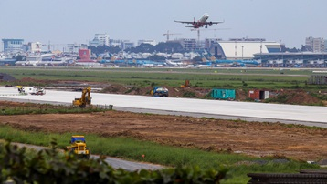 Sét đánh trúng đường băng sân bay Tân Sơn Nhất