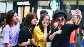Người trẻ Trung Quốc sống xa xỉ dù nợ nần