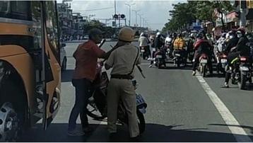 Lái xe khách nhiều lần tông CSGT khi bị yêu cầu dừng xe