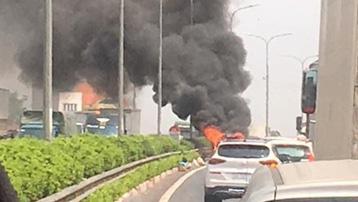 Ô tô bốc cháy, đường cao tốc Pháp Vân - Cầu Giẽ ùn tắc hơn 2km