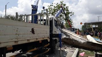 Bạc Liêu: Tài xế lái xe tải sửa chữa điện kéo sập cổng chào tử vong trên đường cấp cứu
