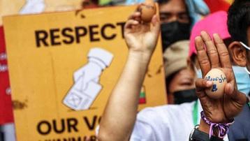 Quân đội Myanmar bắt người nổi tiếng, người biểu tình đổi chiến thuật