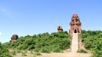 Cụm tháp Chăm ngàn tuổi độc đáo ở Bình Định hút khách check-in