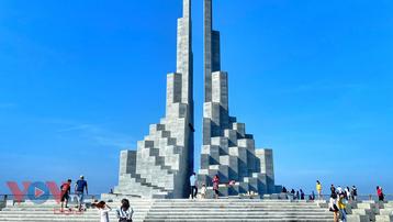 Check-in 'đầy bộ nhớ' với tháp Nghinh Phong tại Phú Yên