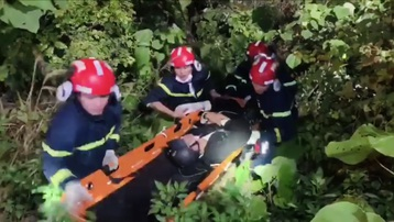 Người đàn ông bị ong đốt tử vong, treo lơ lửng trên vách núi ở Sơn La