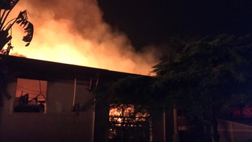 Hơn 100 cảnh sát chữa cháy xuyên đêm tại công ty giấy ở Bình Dương