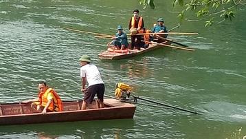 Lào Cai: Lật thuyền chở 9 người trên sông Chảy, 1 người tử vong