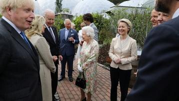 Ông Biden bị nghi phá vỡ quy tắc hoàng gia trong lần đầu gặp Nữ hoàng Anh