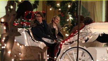 Emma Roberts tái xuất xinh đẹp trên phim trường 'About Fate' sau khi sinh con