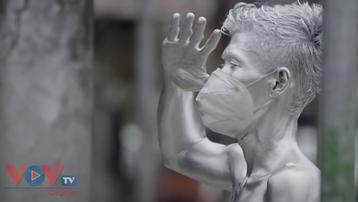 'Silver man' ở Indonesia vật lộn kiếm sống trong đại dịch